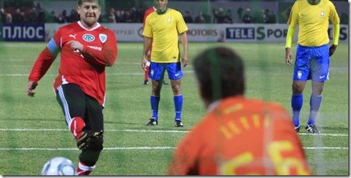 lider-tchetcheno-ramzan-kadyrov-bate-penalti-contra-o-brasileiro-zetti-em-amistoso-1299611742657_615x300