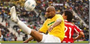 maicon-afasta-o-perigo-durante-duelo-da-selecao-brasileira-contra-o-paraguai-nas-quartas-da-copa-america-17072011-1310933936438_615x300