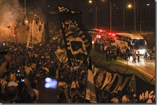 Chegada do onibus do Corinthians acompanham o embarque da delgacao para o embarque para o Mundial de Clubes em frente ao portao 3 no aeroporto de Cumbica - Guarulhos SP - 03/12/2012 - Foto: Fernando Dantas/Gazeta Press