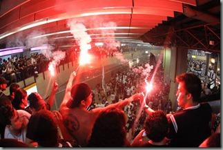 Torcedores no saguao do aeroporto apos a chegada do onibus do Corinthians com a delgacao para o Mundial de Clubes - onde ocorreu varios incidentes - Guarulhos SP - 03/12/2012 - Foto: Fernando Dantas/Gazeta Press