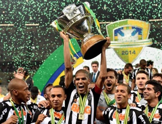 leonardo-silva-levanta-a-taca-da-copa-do-brasil-para-o-atletico-mg-1417056313534_615x470
