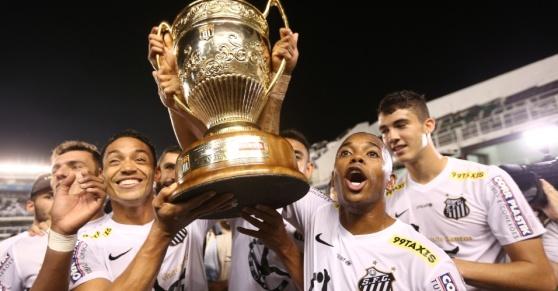 ricardo-oliveira-e-robinho-erguem-a-taca-apos-o-santos-vencer-o-campeonato-paulista-1430690344401_956x500